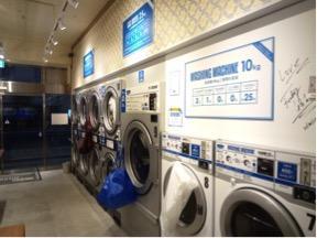 コインランドリーには、羽毛布団も丸洗いできる大型の洗濯機も並ぶ