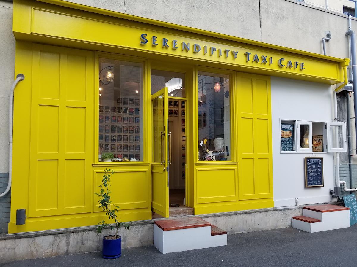 黄色い扉が特徴的な外観