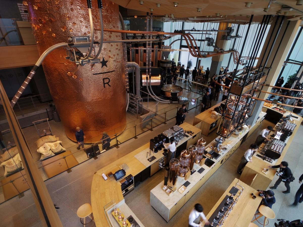 世界のロースタリーの中で最大=高さ約17メートルのキャスクがそびえ立つ店内