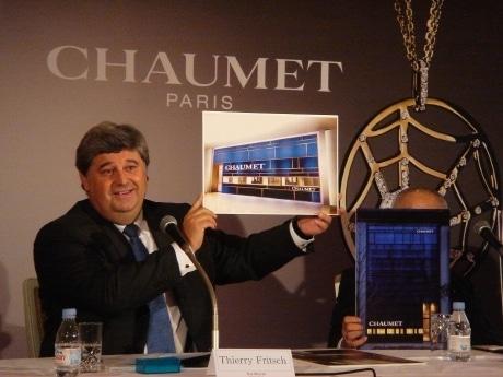 会見で「ショーメ名古屋直営店」の外観イメージパネルを掲げるショーメ・パリのティエリー・フリッチ社長