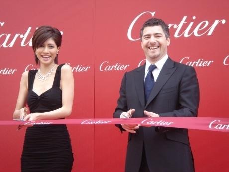 「カルティエ 名古屋」オープニングセレモニーに出席した、女優の内田有紀さん(左)と、カルティエのチーフ エグゼクティブ オフィサー、ギャビン・ヘイグ氏(右)