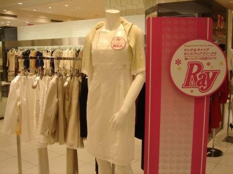 JR名古屋タカシマヤ4階の「RD ルージュ ディアマン」で限定販売している「総レースワンピ―ス」(中央)