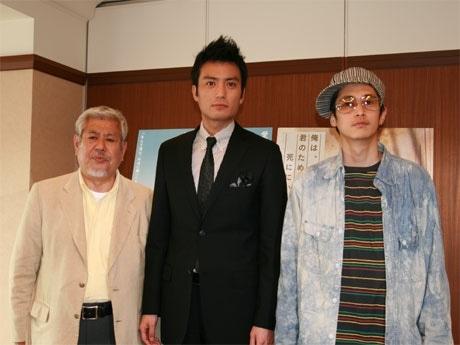 映画「俺は、君のためにこそ死ににいく」会見で。左から新城監督、徳重聡さん、窪塚洋介さん