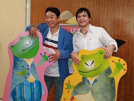 名鉄ホ―ルで上演予定のミュージカル「フロッグとトード~がま君とかえる君の春夏秋冬~」の記者会見に訪れた石丸謙二郎さん(左)と、川平慈英さん(右)。