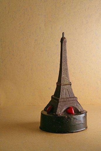 ウェスティンナゴヤキャッスルで販売予定のエッフェル塔型巨大チョコ「la tour Eiffel chocolat 2008」。高さは約40センチ