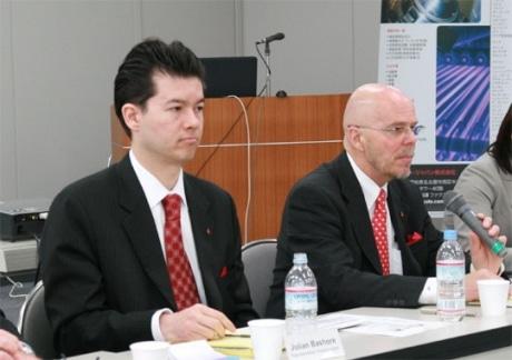 会見に出席したボディコート・インターナショナルのジョン・D・ハバードCEO(右)と日本法人ボディコート・ジャパンのジュリアン・べイショア社長(左)