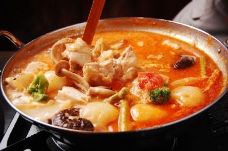 オーナーシェフ佐藤さん「おすすめ」の鍋料理「トマトチーズ鶏鍋」(1人前=1,450円)