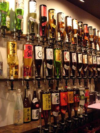100種類以上のドリンクの瓶を逆さに設置したドリンクコーナー