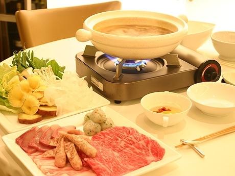 スパイス鍋、南昌豚の豚肉、特選牛ロース肉、ブリ、イカ団子、野菜、キノコ類など具材が並ぶ