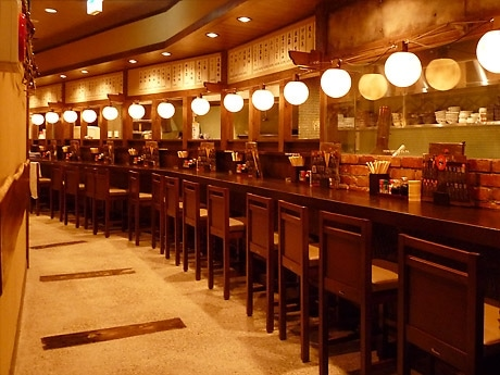 創業30年「串たつ」名駅西口店の店内。奥には、掘りごたつ席も。