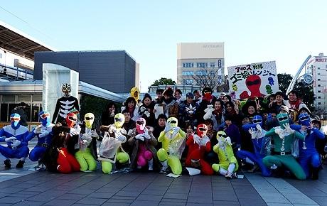 仮装して名古屋駅付近のゴミ拾いをする「ア∞ス戦隊ゴミ拾いレンジャー」