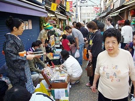「一箱古本市 in 円頓寺商店街」が倣った東京・不忍通り「不忍ブックストリート」の様子