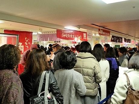 名鉄百貨店本店で開催中の「はなまるマーケット おめざフェア」。長崎「岩崎本舗」長崎角煮まんじゅう前の行列