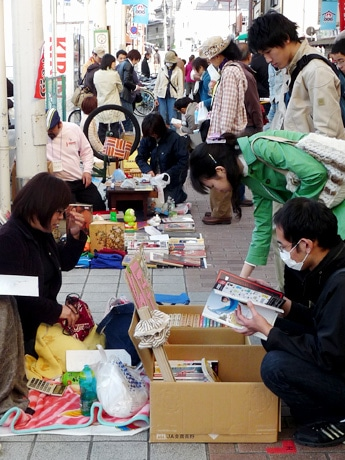 円頓寺商店街で行われた「一箱古本市」の様子