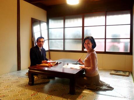 「四間道文化教室 寺子屋」教室内。右=代表の宮治さん、左=書道を教える大宮さん