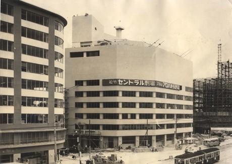 52年前の開館当時の三井ビル北館、「セントラル劇場」(現ピカデリー2)、「アロハ映画劇場」(現ピカデリー1)