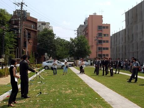 芝生が覆われた駐車スペースで開催したセレモニーの様子