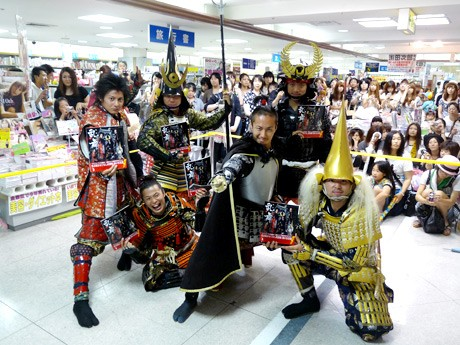 たくさんのファンに囲まれる「名古屋おもてなし武将隊」