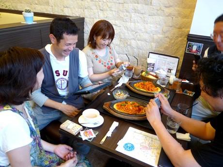 名古屋「イタリアンスパゲティー」を写真におさめる、横浜「日本ナポリタン学会」のメンバー