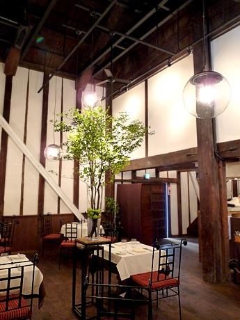 蔵を再生したレストランの店内の様子