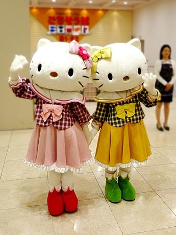 初日に来店客を出迎えたハローキティと双子の妹のミミィ
