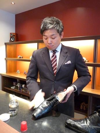 スーツ姿で靴を磨く「シューズラウンジ ゴッチ」オーナーの早川さん