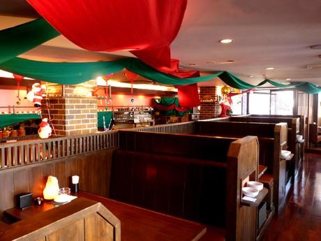 サンタの人形や、赤と緑のタペストリーなどでクリスマスの装飾した店内