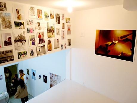児島章次さんの写真展「オントロジー」。ネガカラープリント、インクジェット出力、カラー、モノクロコピーなど、表現もさまざま