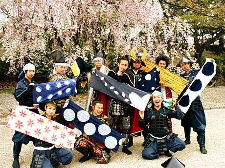 それぞれがデザインした手ぬぐいを手にした名古屋おもてなし武将隊