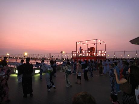 「スカイデッキで踊ろう『セントレア盆踊りのゆうべ』」昨年の様子
