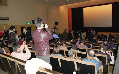 立ち見が出るほど、多くの観客が集まった会場
