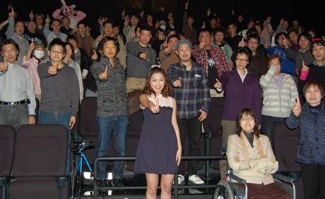 観客とともに「ナンバー1」のポーズをとる石川梨華さん