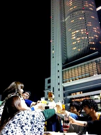 高層ビルの夜景を望みながらビールや食事を楽しめる会場。写真後ろは「JRセントラルタワーズ」