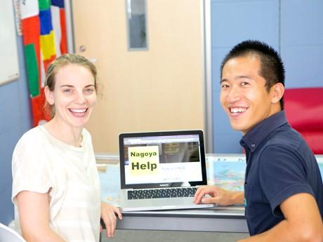 「Nagoya Help」ページ前で、「ランダムネス 旅人の英語学校 English School of Travelers」代表の市野将行さん(右)