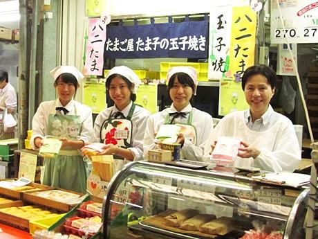 愛知商業高校の女子生徒と東海畜産農園社長の小森たま子さん