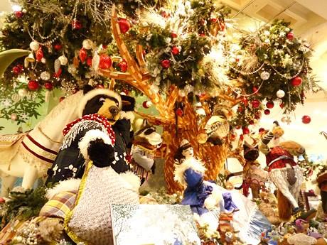 大きな木を中心に、白雪姫と動物の動くオブジェが登場