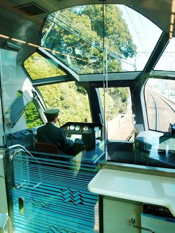 屋根部分までガラス張りの展望車両先端の運転席から臨む景色