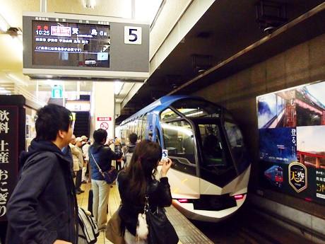 10時25分、期待に満ちた乗客を乗せ、近鉄名古屋駅を出発した「しまかぜ」
