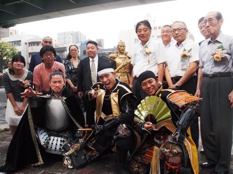 信長像の除幕式を行った、河村たかし名古屋市長、名古屋おもてなし武将隊の三英傑ら