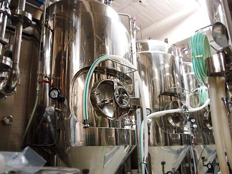 ブルワリーの中。真新しいタンクが並んでいる。写真は発酵させて仕上げるためのタンク