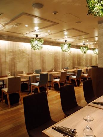 やさしい色使いで構成されるレストラン「モンブリエ」店内の様子
