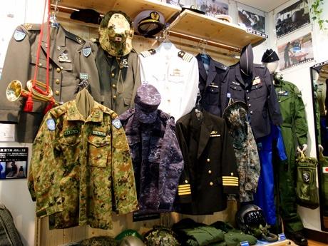 試着や記念撮影ができる、陸・海・空の制服