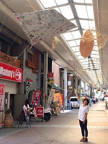 円頓寺商店街にて。「張りぼて」を手作りする企画を担当する伊熊志保さん