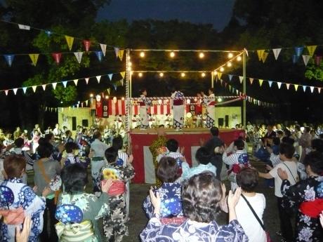 昨年の盆踊りの様子、たくさんの人が一緒に踊りを楽しむ