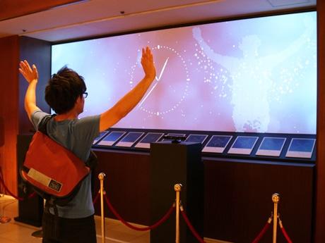展示作品「日本の夏星」にて。人の動きに合わせて星くずが浮かび上がる様子