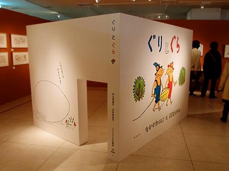 本の形をした大きなモチーフで絵本の世界を演出