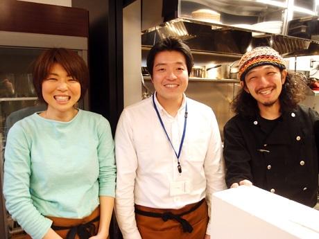 オーナーの田尾大介(中央)、「おかみ」の伊熊志保さん(左)、シェフの村山豊さん(右)