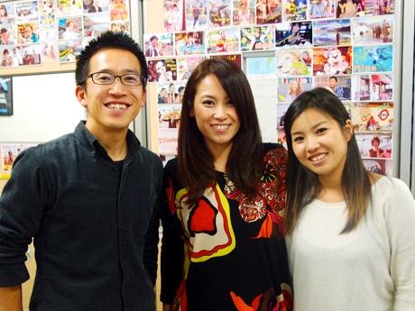 「グローカル名古屋 ゲストハウス&カフェバー」を手掛けるランダムネスの市野将行さん(左)とスタッフ