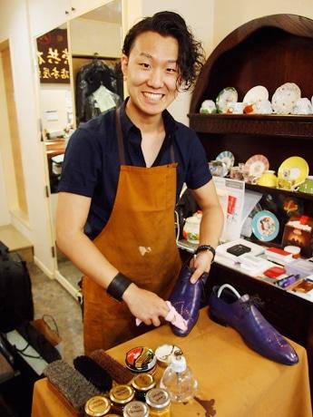 「尾張屋洋品店」店内にて、現役大学生の靴磨き職人・佐藤我久(がく)さん
