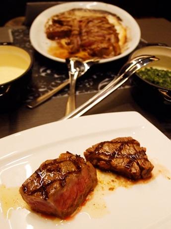 焼きたてを取り分けた「Tボーンステーキ」にはクリームスピナッチやマッシュポテトをつけて食べる